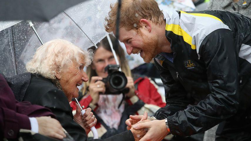 Charmebolzen Prinz Harry: Feuchter Schmatzer von 97-Jähriger