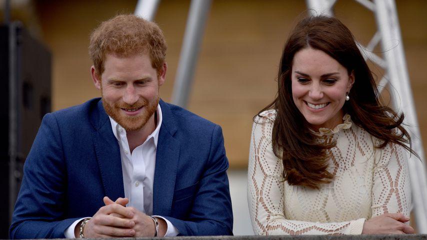 Prinz Harry und Herzogin Kate während einer Teeparty im Buckingham Palast