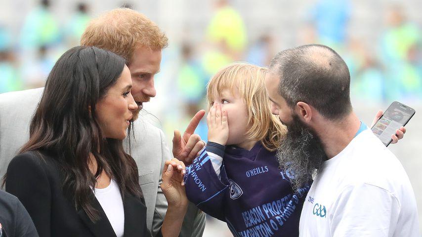 Wie niedlich! Prinz Harry & Meghan verzaubern einen Mini-Fan