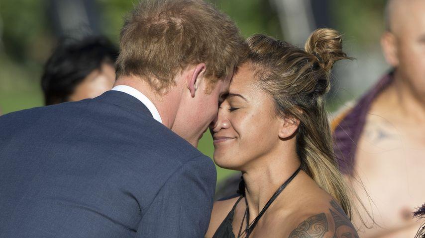 Erwischt! Mit wem tauscht Prinz Harry denn hier Nasenküsse?