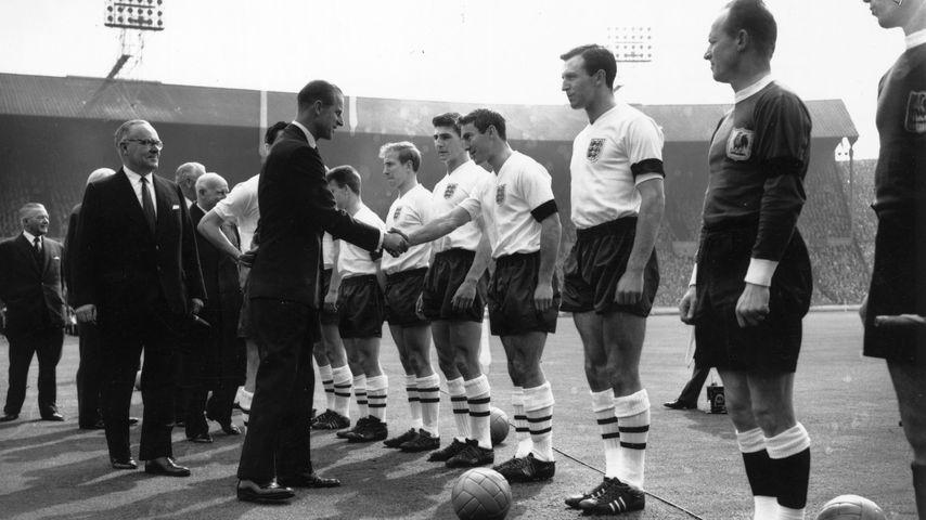 Prinz Philip bei einem Treffen mit der englischen Fußballnationalmannschaft 1961
