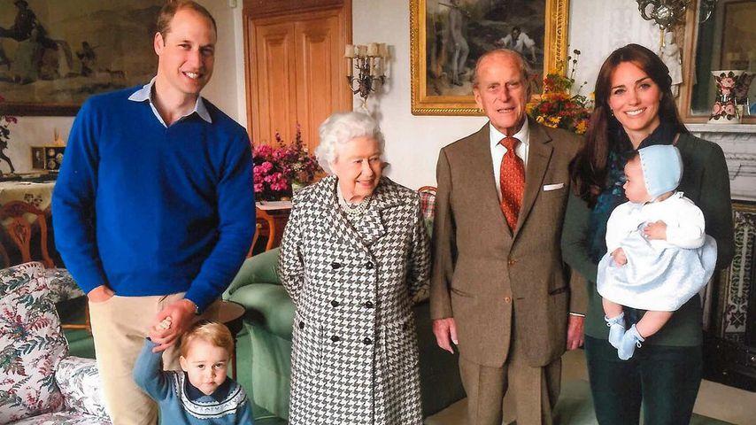 Prinz William mit George, Queen Elizabeth II., Prinz Philip und Herzogin Kate mit Charlotte, 2015