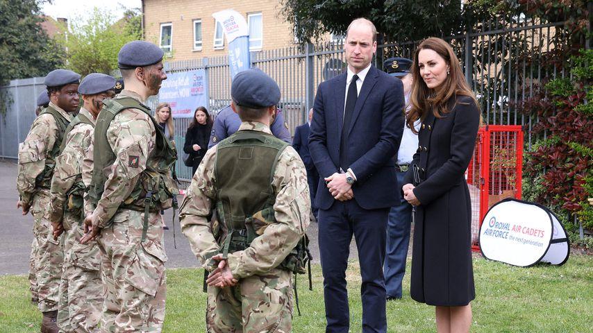 Prinz William und Herzogin Kate im Gespräch mit Kadetten der Royal Air Force