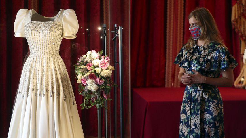 Prinzessin Beatrice neben ihrem Hochzeitskleid