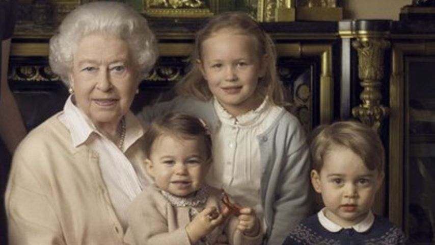 Auf Uromas Schoß: Prinzessin Charlotte wie eine kleine Queen