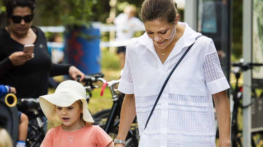 Prinzessin Estelle und Prinzessin Victoria beim Renn- und Sporttag in Solna, Schweden
