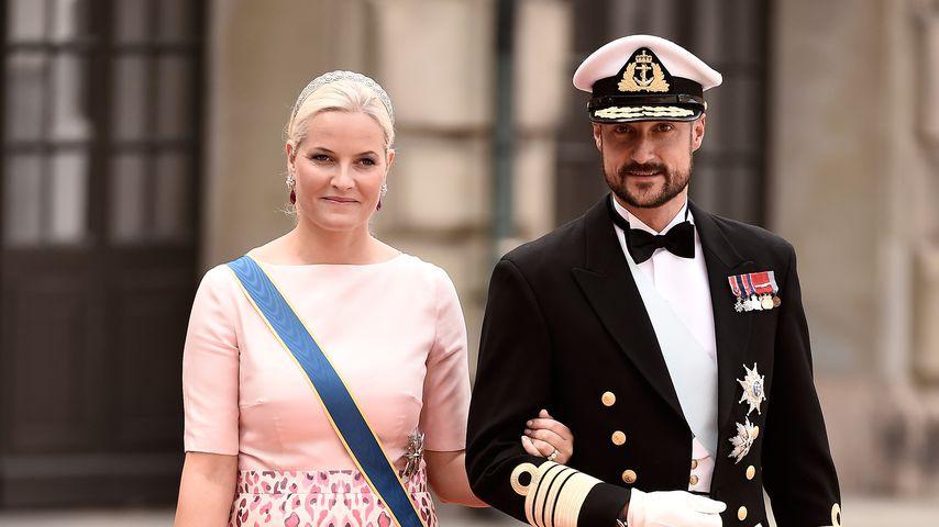 Prinzessin Mette-Marit und Prinz Haakon bei der Hochzeit von Prinz Carl Philip von Schweden 2015