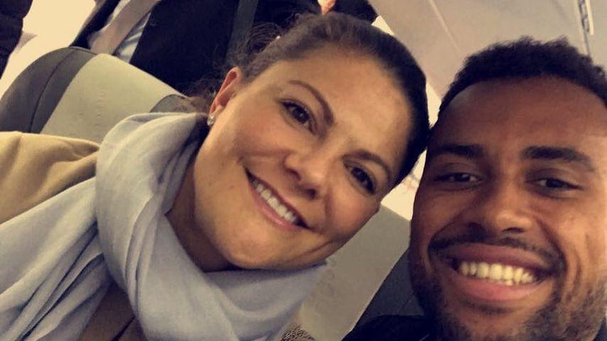 Fan-Selfie: Victoria von Schweden knipst Pic mit Fußballstar
