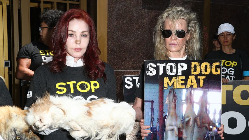 Priscilla Presley und Kim Basinger bei einer Protest-Aktion gegen Hundefleisch