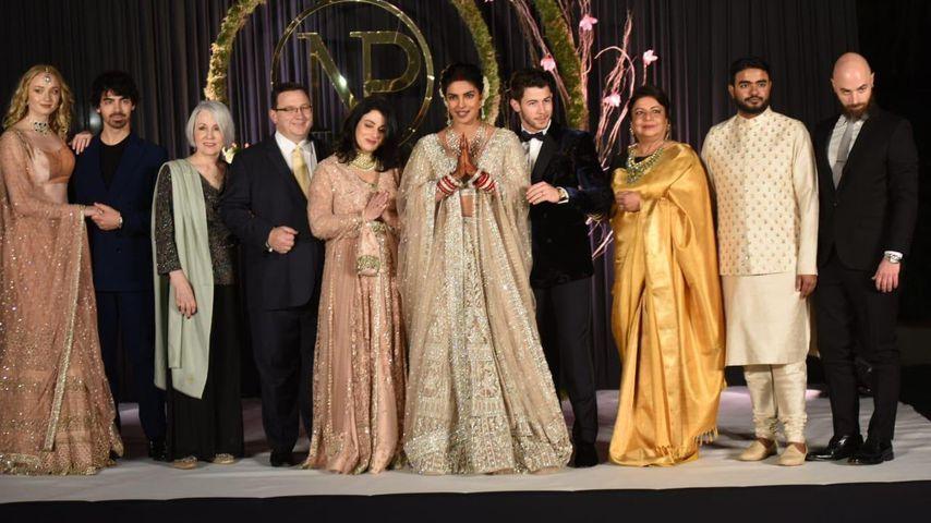 Priyanka Chopra und Nick Jonas mit ihren Familien beim Hochzeitsempfang