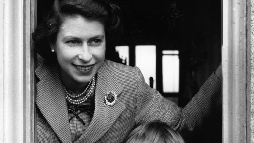 Urenkel-Vorfreuden? Queen Elizabeth II. gelöst wie selten!