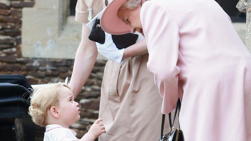 Queen Elizabeth II. mit Prinz George bei der Taufe von Prinzessin Charlotte