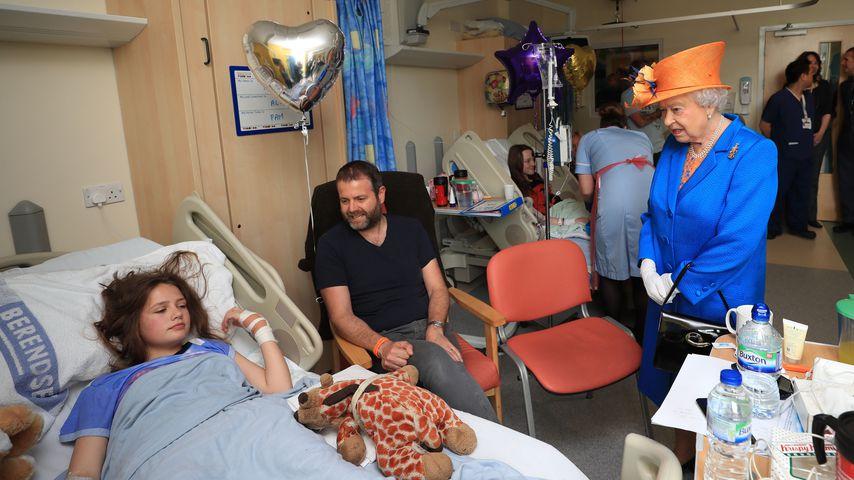 Queen Elizabeth II bei ihrem Besuch im Krankenhaus in Manchester