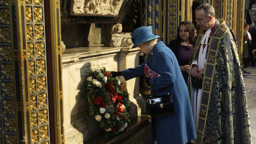Queen Elizabeth II. am Grab von Sir Isaac Newton in der Westminster Abbey in London
