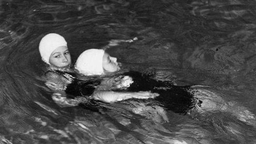 Queen Elizabeth II. beim Schwimmtraining im Jahr 1941