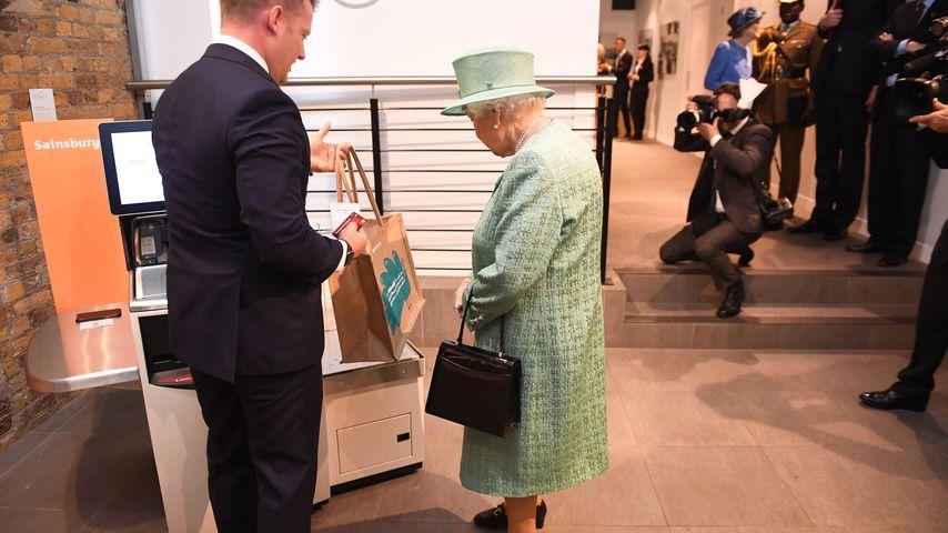 Da staunt sie! Queen fasziniert von SB-Kasse im Supermarkt