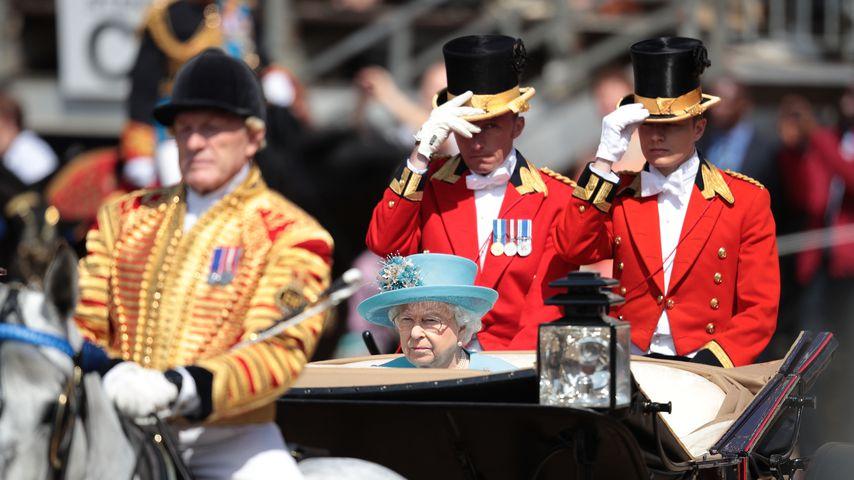 Geburtstags-Parade: Die Queen ohne Prinz Philip in Kutsche