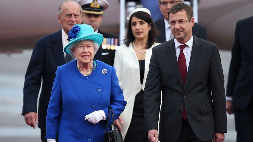 In royalem Blau: Queen Elizabeth II. in Deutschland gelandet