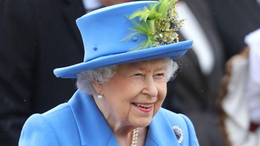 In knalligem Royalblau: Die Queen ist zurück aus dem Urlaub!