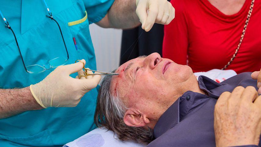 Richard Lugner in einer Arztpraxis, 2021