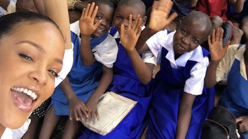Rihanna mit Kindern in Malawi