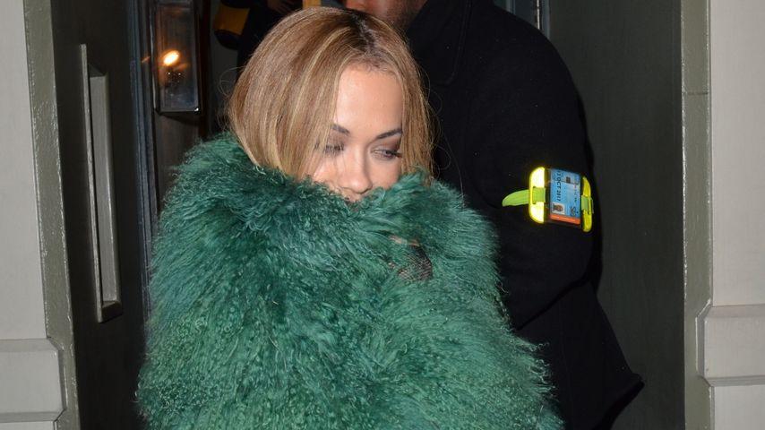Tannen-Traum! Rita Ora als wandelnder Weihnachtsbaum