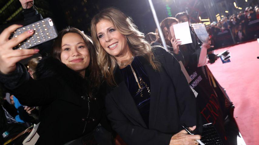 """Rita Wilson macht zusammen mit einem Fan ein Selfie bei der Premiere ihres Films """"Inferno"""""""