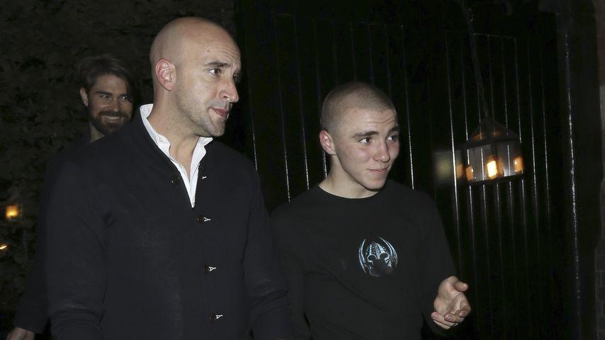 Rocco Ritchie und Bodyguard im Juni 2016 in London