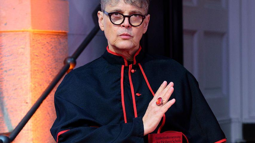 """Rolf Scheider als Kardinal bei der """"Sister Act""""-Premiere in Berlin"""