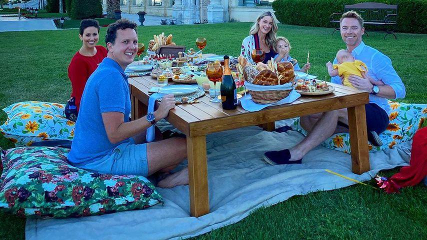Ronan und Storm Keating mit ihren Kindern und Freunden an ihrem Hochzeitstag im Jahr 2020