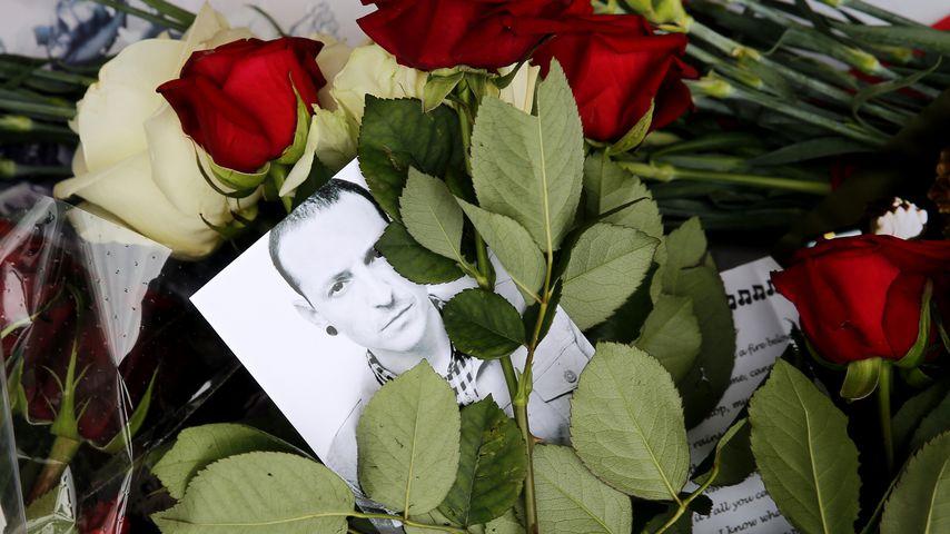 Rosen und ein Bild von Chester Bennington vor der US-Botschaft in Moskau