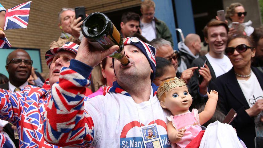 Anstoßen auf Kates Baby: So begießen die Briten die Geburt!