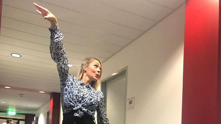 Schräge Backstage-Pose: Was will Ruth Moschner darstellen?
