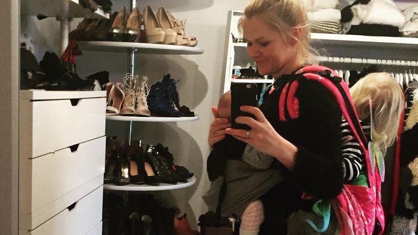 Mama hat's schwer: Sara Kulka trägt beide Kids auf einmal!