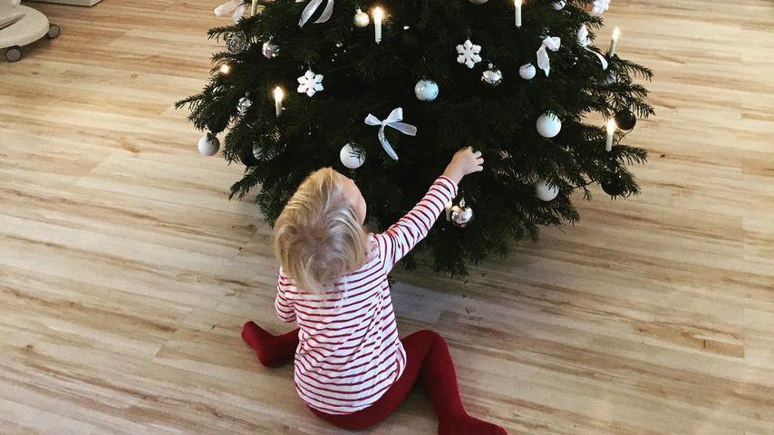 Süße Tradition: Sara Kulkas Tochter schmückt Weihnachtsbaum