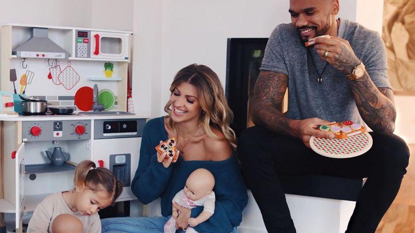 Sarah Harrison mit ihrem Mann Dominic und ihrer Tochter Mia Rose, Januar 2020