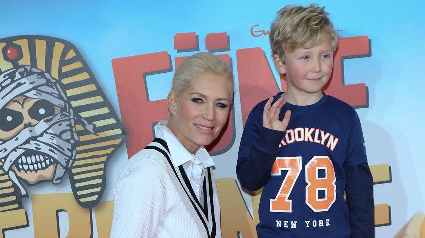 """Sarah Kern und ihr Sohn Romeo bei der Premiere von """"Fünf Freunde 4"""", Januar 2015"""