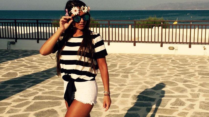 Sarah Lombardi an der Strandpromenade auf Kreta