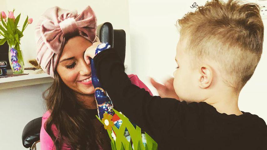 Sarah Lombardi und ihr Sohn Alessio mit einem Schokohasen