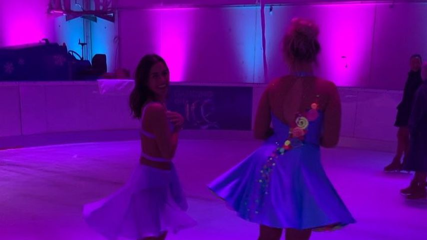 Sarah Lombardi und Sarina Nowak auf einer Eisfläche