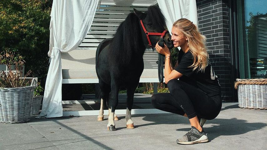 Scarlett Gartmann mit einem Pony