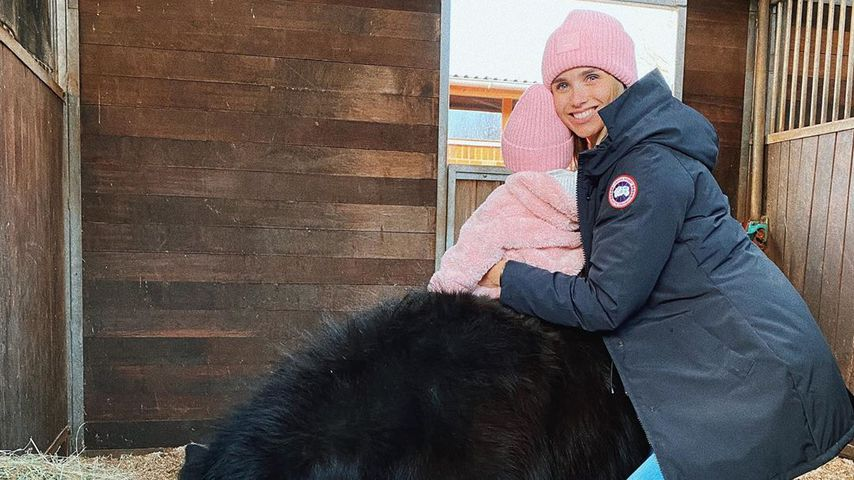Scarlett Gartmann mit einem ihrer Ponys und ihrer Tochter