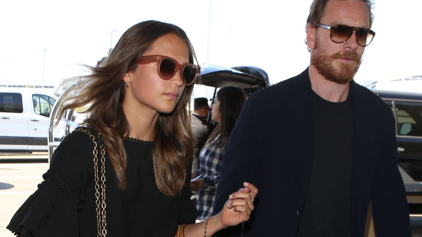 Schauspielerin Alicia Vikander und Michael Fassbender am Flughafen von L.A.