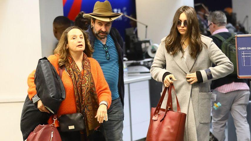 Kurz vor Weihnachten: Nina Dobrev mit Eltern am Flughafen!