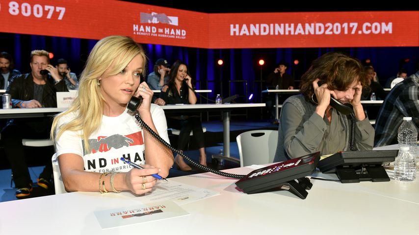 """Reese Witherspoon und Amy Grant am Spendentelefon für """"Hand in Hand"""""""