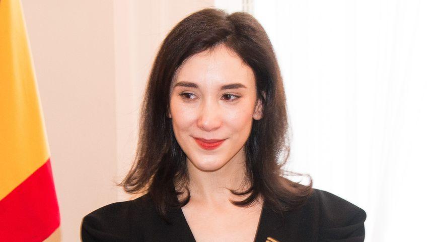 Schauspielerin Sibel Kekilli mit ihrem Bundestverdienstkreuz 2017
