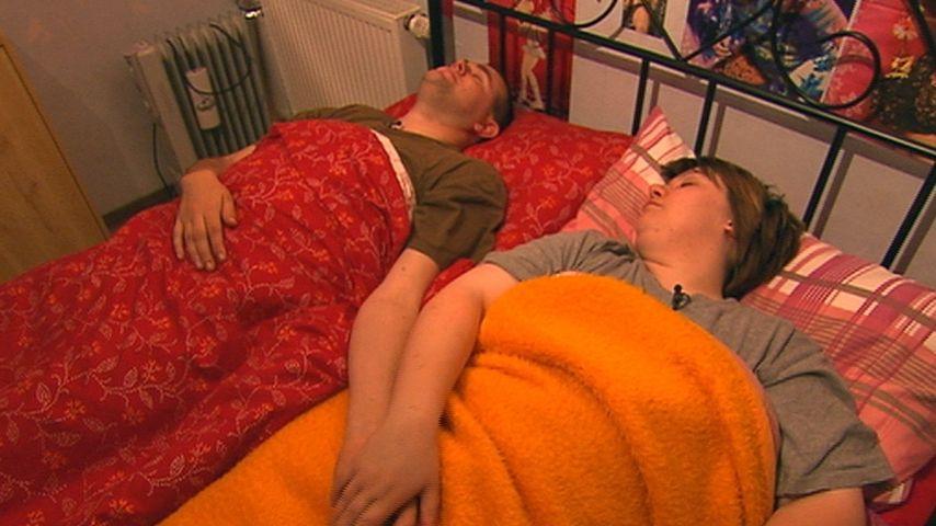 """Sarah liegt während der Sendung """"Schwer verliebt"""" mit einem Mann im Bett"""