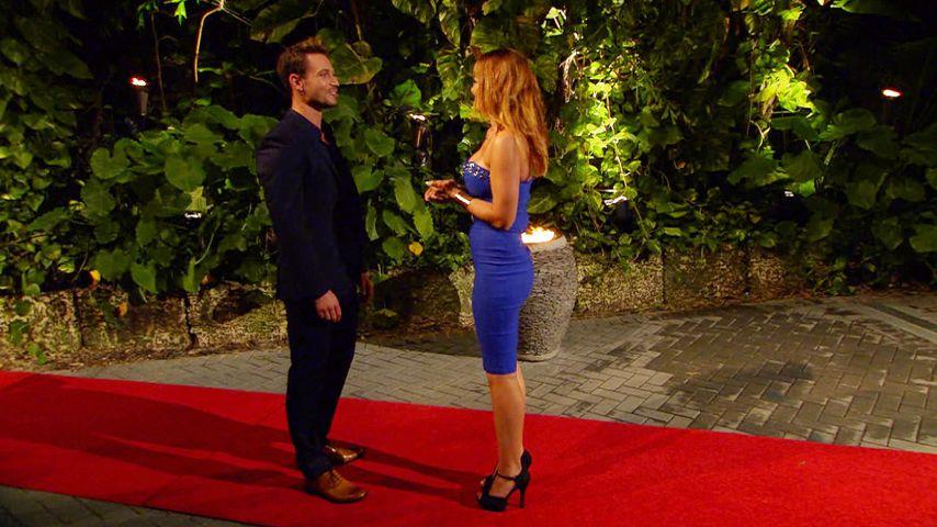 Sebastian begrüßt Fabienne vor der Villa