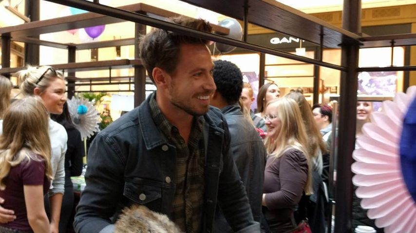 Sebastian Pannek beim Charity-Flohmarkt in der Mall of Berlin
