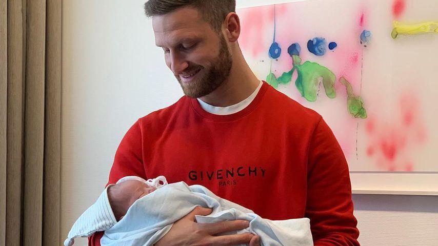 Baby-Überraschung: Kicker-Star Mustafi wieder Papa geworden
